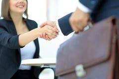 Коммерсантка тряся руки для того чтобы загерметизировать дело с ее партнером Стоковое Изображение