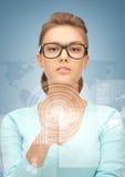 Коммерсантка указывая на виртуальный экран Стоковые Изображения