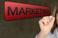 Коммерсантка указывая на 'маркетинг' на плавая экране Стоковые Изображения
