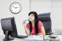 Коммерсантка думая что-то в офисе Стоковое Фото