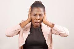 Коммерсантка усиленная и постраданная от головной боли стоковые фото