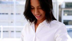 Коммерсантка усмехаясь и используя умный вахту сток-видео
