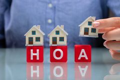 Коммерсантка устанавливая модели дома на блоках HOA кубических стоковые изображения rf