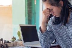Коммерсантка утомлянная от работы и головных болей Стоковое Изображение RF