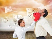 Коммерсантка ударяя бизнесмена с перчатками бокса Стоковая Фотография