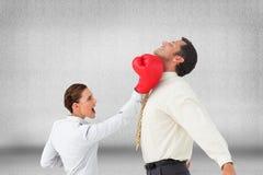 Коммерсантка ударяя бизнесмена с перчатками бокса Стоковые Фотографии RF