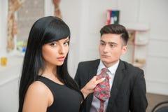 Коммерсантка flirting и вытягивая ее коллеги Стоковое Изображение