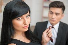Коммерсантка flirting и вытягивая ее коллеги Стоковые Изображения