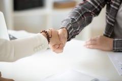 Коммерсантка handshaking бизнесмена делая дело или показывая res Стоковые Изображения
