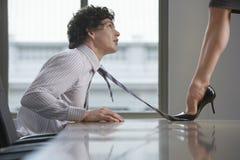 Коммерсантка Highheeld шагая на связь бизнесмена Стоковое Изображение RF