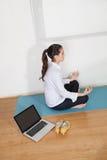Коммерсантка meditating в офисе Стоковое Изображение