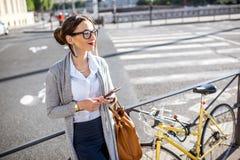 Коммерсантка outdoors с велосипедом Стоковое Изображение