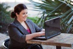Коммерсантка - Telecommuting от кафа интернета Стоковые Изображения
