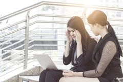коммерсантки  ¹ à молодые утешая товарища по работе стресса и страха или PA стоковые изображения rf