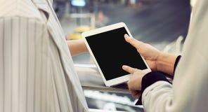 Коммерсантки будут партнером смотреть планшет, пустой экран стоковые фото