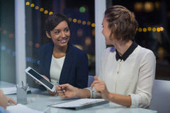 Коммерсантки взаимодействуя друг с другом в конференц-зале Стоковое Изображение RF