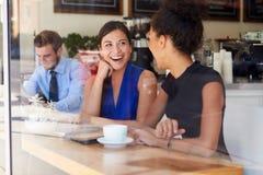 2 коммерсантки встречая в кофейне Стоковое Изображение