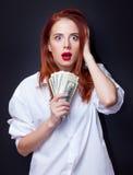 Коммерсантки в белой рубашке с деньгами Стоковые Фотографии RF