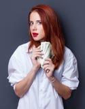 Коммерсантки в белой рубашке с деньгами Стоковые Фото