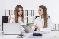 2 коммерсантки в офисе с чашкой кофе Стоковое Изображение RF