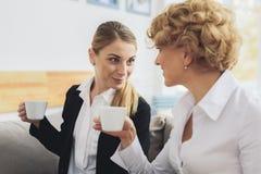2 коммерсантки говоря в салоне офиса Стоковая Фотография
