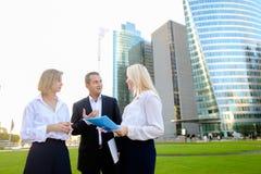Коммерсантки говоря с мужским боссом снаружи Стоковое Фото