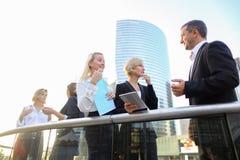 Коммерсантки говоря с мужским боссом снаружи Стоковое Изображение RF