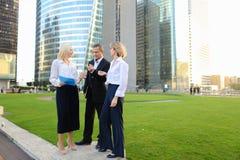 Коммерсантки говоря с мужским боссом снаружи Стоковая Фотография RF