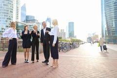 Коммерсантки говоря с мужским боссом снаружи Стоковая Фотография