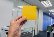 Коммерсантки держат насмешливое поднимающее вверх устанавливают с левой рукой в офисе Стоковые Изображения