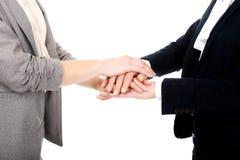2 коммерсантки держа их руки совместно Стоковая Фотография