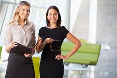 Коммерсантки имея неофициальное заседание в самомоднейшем офисе Стоковое фото RF