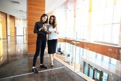 2 коммерсантки имея неофициальное заседание в самомоднейшем офисе Стоковая Фотография RF