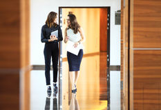 2 коммерсантки имея неофициальное заседание в самомоднейшем офисе Стоковые Фото