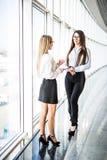 Коммерсантки имея неофициальное заседание в самомоднейшем офисе Стоковое Фото