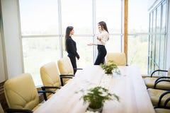 2 коммерсантки имея неофициальное заседание в самомоднейшем офисе Стоковое Фото
