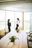 2 коммерсантки имея неофициальное заседание в самомоднейшем офисе Стоковое Изображение RF