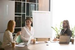 Коммерсантки имея обсуждение на исполнительной встрече офиса команды Стоковое Фото