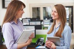 2 коммерсантки имея обсуждение в офисе Стоковое фото RF