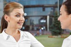 2 коммерсантки имея дружелюбный переговор Стоковая Фотография RF