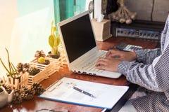 коммерсантки используя компьютер работая в кофейне Стоковое Фото