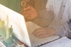 коммерсантки используя компьютер работая в кофейне Стоковое Изображение