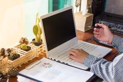 коммерсантки используя компьютер работая в кофейне Стоковая Фотография