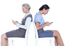 2 коммерсантки используя smartphone Стоковые Фотографии RF