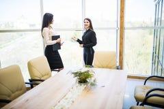 2 коммерсантки красоты имея неофициальное заседание в современном офисе Стоковое фото RF