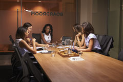 Коммерсантки на встреча на встрече вечера Стоковая Фотография