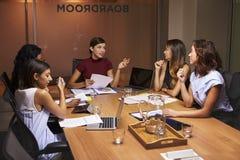 Коммерсантки на встрече вечера в зале заседаний правления Стоковое фото RF