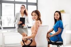 Коммерсантки на деловой встрече в офисе Стоковая Фотография