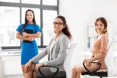 Коммерсантки на деловой встрече в офисе Стоковые Фотографии RF