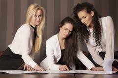 3 коммерсантки на офисе работая с компьтер-книжкой Стоковая Фотография RF